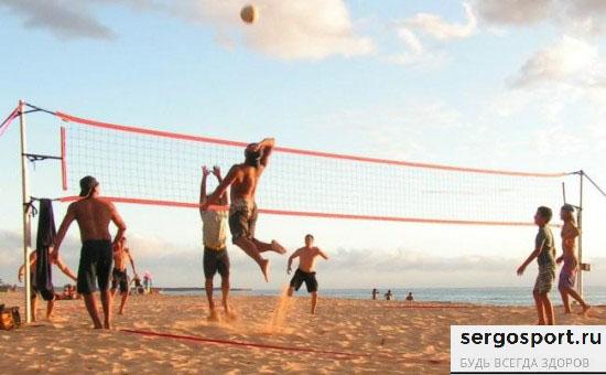 худеем на пляже играя в волейбол